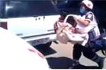 Em bé bị bỏ rơi trong ôtô đóng kín cửa