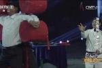 Video: Rùng rợn màn lấy người làm bia phóng rìu bất chấp tính mạng