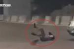 Clip: Nằm lăn ra đường ăn vạ tai nạn, suýt bỏ mạng dưới gầm xe tải