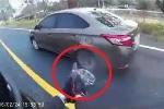Clip: Cảnh sát Thái Lan rút súng bắn văng lốp xe tội phạm