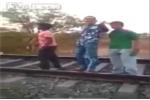 Clip: 'Trẻ trâu' đón đầu tàu hỏa để 'thể hiện' và cái kết đắng
