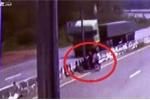 Clip: Xe máy chở 3 len qua dải phân cách, 2 người chết thảm dưới bánh xe tải