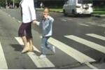 Clip: Ngỡ ngàng với điều người nước ngoài làm khi sang đường