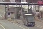 Clip: Xe tải đâm tan tành trạm thu phí