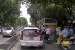 Clip: Tài xế taxi xuống xe dắt cụ già qua đường giữa thủ đô