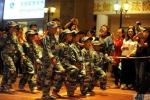 Học sinh tiểu học Bắc Kinh tập đội hình mô phỏng các lực lượng vũ trang