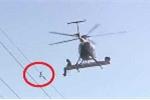 Clip: Điều cả trực thăng đi giải cứu chú chim mắc cánh vào dây điện