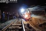 Hiện trường tàu hỏa lật nghiêng sau khi tông bay container vượt đường sắt