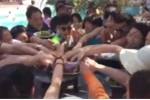 Clip du khách Trung Quốc điên cuồng 'vơ vét' hoa quả với tốc độ kinh hoàng lại gây 'bão'