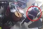 Clip: Mải 'cắm mặt' vào điện thoại, nữ nhân viên đốt trụi cửa hàng