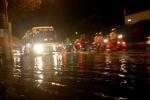 Đường phố biến thành sông, dân Sài Gòn be bờ tát nước