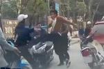 Clip: Va chạm giao thông giữa Hà Nội, giải quyết bằng… dao găm và điếu cày