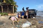 Du khách nước ngoài 'ra tay' dọn rác ở Mũi Né