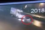 Clip: Truy tìm xe tải tông xe máy thảm khốc rồi bỏ chạy ở Hà Nam