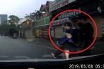 Clip: Cạy trộm logo xe bán tải, 2 thanh niên bị tài xế huých ngã như phim