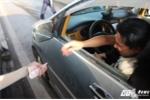 Dù được miễn phí, tài xế vẫn nằng nặc bắt nhân viên thu phí BOT Biên Hòa nhận tiền lẻ