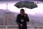 Đứng ngoài trời đưa tin bão, MC thời tiết bị sét đánh trên sóng trực tiếp