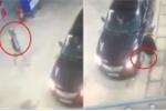 Clip: Tài xế Camry đi đổ xăng, 'tiện tay' trộm điếu cày