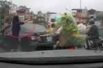 Clip: Quay đầu ô tô trên cầu giữa giờ cao điểm, nữ tài xế còn mắng người xa xả