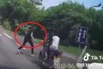 Clip: Vừa đứng dậy sau tai nạn, thanh niên đen đủi bị xe khác hất bay người