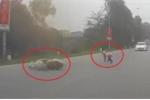 Clip: Phản ứng kỳ lạ của cô gái sau khi ngã xe máy