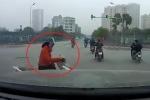 'Ninja Lead' vượt đèn đỏ nghe điện thoại, bị ô tô đâm giữa ngã tư
