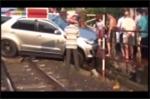 Tàu hỏa phanh gấp tránh tai nạn thảm khốc với ô tô mắc kẹt trên đường ray