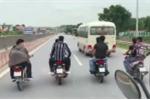 Nhóm thanh niên phóng xe máy đùa cợt, dàn hàng ngang trước đầu ô tô trên quốc lộ