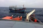 Đưa 13 ngư dân trên tàu cá trôi dạt trên biển vào bờ an toàn
