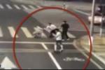 Tài xế BMW dùng mã tấu chém người, bị người đi xe đạp điện cướp vũ khí chém chết