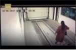 Video: Mải dùng điện thoại, người phụ nữbị ô tô đâm nhập viện