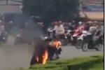 Video: Người dân dập lửa, cứu sống người đàn ông tự thiêu trên đường