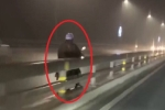 Clip: Xe máy ngang nhiên chạy ngược chiều trên cầu Nhật Tân