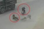 Clip: Xe đạp sang đường kiểu 'cảm tử', bị xe máy phóng bạt mạng tông văng