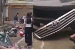 Clip: Hiện trường nữ tài xế lùi xe Camry cán chết người đi xe máy ở Hà Nội