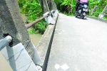 Đập lan can cầu để ô tô cán bộ ra vào: Chính quyền nói gì?
