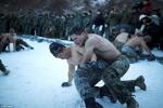 Video: Hàng trăm lính thủy đánh bộ Mỹ - Hàn cởi trần tập trận giữa tuyết lạnh