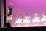 Clip: Con gái òa khóc trên sân khấu, ông bố làm điều khiến triệu người 'tan chảy'