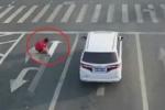 Ngán cảnh kẹt xe, người đàn ông Trung Quốc tự sơn sửa mũi tên chỉ đường