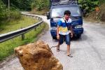 Tài xế dùng xe kéo khối đá 'khủng' nằm giữa quốc lộ ở Nghệ An