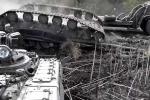 Rú ga leo dốc, xe tăng Ukraine ngã 'chổng vó' bên đường
