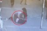 Clip: Đánh đập vợ cũ dã man trên phố, gã đàn ông vũ phu lĩnh cái kết nhục nhã