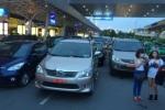 Xe biển xanh, biển đỏ 'chây ỳ' trước cửa sân bay Tân Sơn Nhất