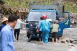 Ảnh: Sạt lở kinh hoàng ở Lào Cai, dân gồng mình đẩy ô tô trong dòng nước lũ