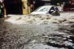 Vì sao Hà Nội mưa 40 phút đã ngập khắp ngả?