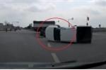 Clip: Ô tô bán tải vượt đèn đỏ, bị xe tải đâm lật giữa ngã tư