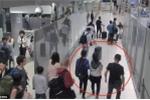 Video: Bắt cóc du khách ngay tại sân bay nườm nượp người