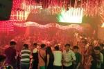 Dân chơi Sài Gòn ném ma túy khi cảnh sát ập vào quán bar