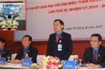 Bí thư Trung ương Đoàn bác thông tin tặng chén ngọc cho đại biểu dự Đại hội Đoàn toàn quốc
