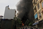 Khu chợ ở Hà Nội đang bốc cháy ngùn ngụt, khói đen cuồn cuộn ngút trời